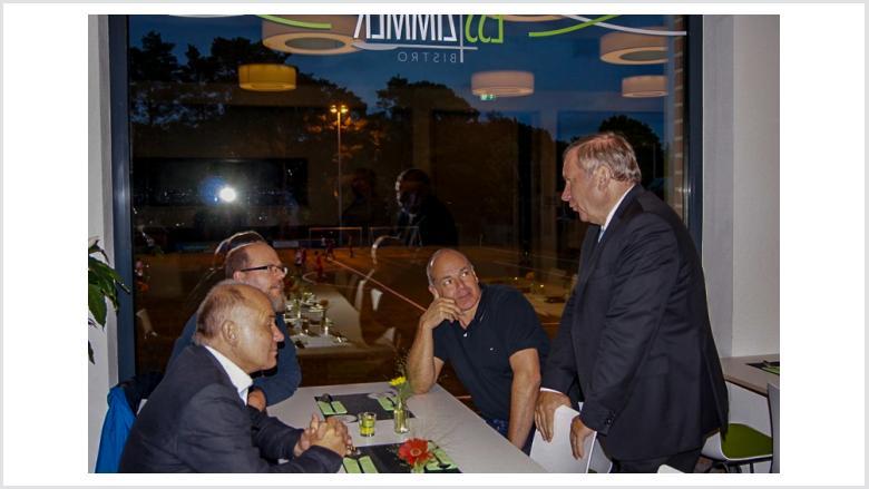 Norbert Brackmann am gläsernen Tisch