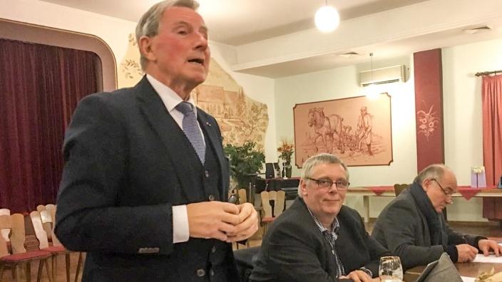 Herr Füllner (Kreispräsident) ehrt die Jubilare